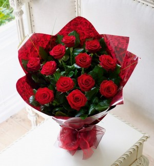 Gorgeous 12 Red Rose Handtie